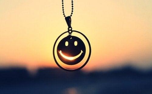 Ein Smiley-Anhänger im Sonnenuntergang