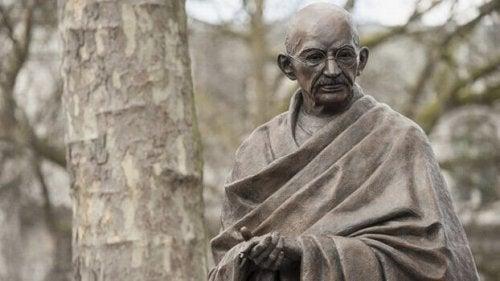 Statue von Gandhi. Er definierte sieben gesellschaftliche Sünden.