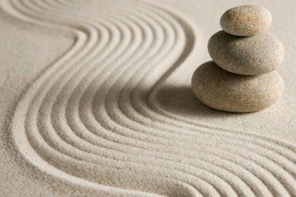 Sand und Steine in einem Zen-Garten