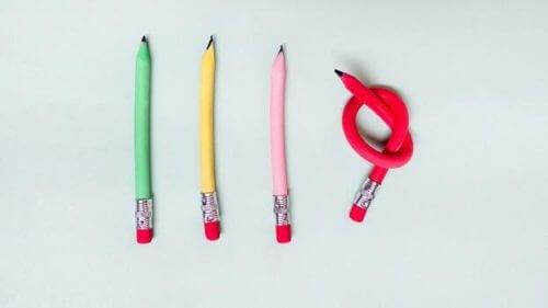 Unter vier Stiften ist einer verknotet.