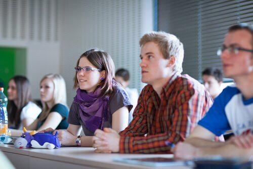 Aufmerksame Studenten im Unterricht