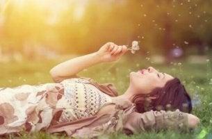 Tagträumen auf einer Wiese
