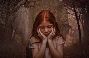 Mädchen stützt ihren Kopf auf die Hände und schaut bedrückt nach unten