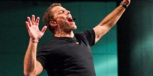 Tony Robbins schreit auf der Bühne.