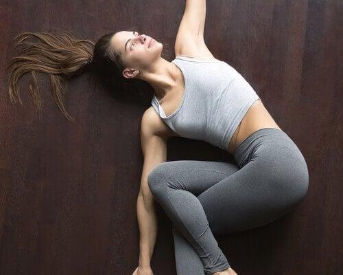 Mädchen, das eine der Yogapositionen ausführt