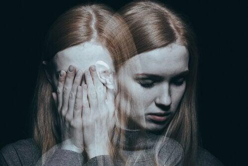 Eine traumatisierte Frau steht neben sich.