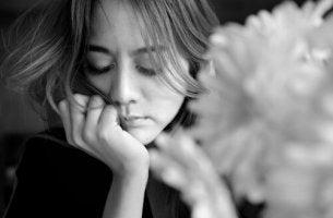 Eine traurige Frau in Schwarzweiß