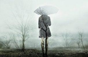 Silhouette einer traurigen Frau