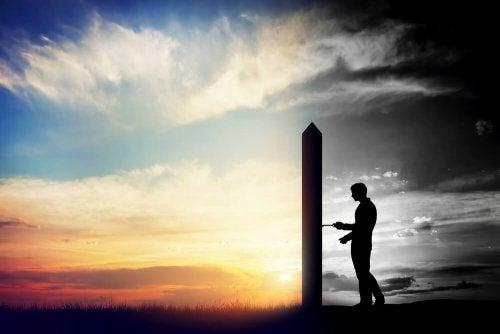 Mann öffnet Tür der Veränderung