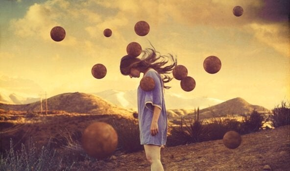 In einer anderen Welt beugt ein Mädchen seinen Kopf, als rote Kugeln vom Himmel regnen.
