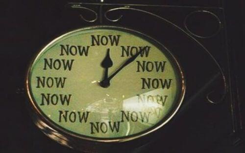 """Uhr zeigt nur """"Jetzt"""" anstatt Ziffern."""