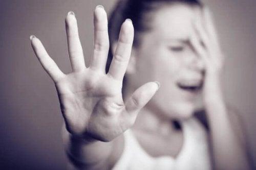 Unglückliche Frau in Abwehrhaltung