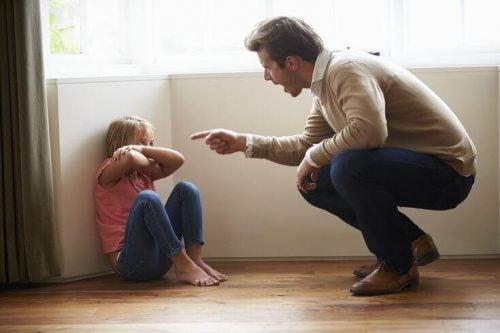 Vater schimpft mit seiner Tochter