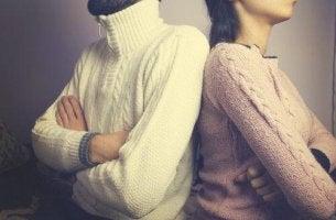 Vom Partner distanzieren - Paar steht Rücken an Rücken