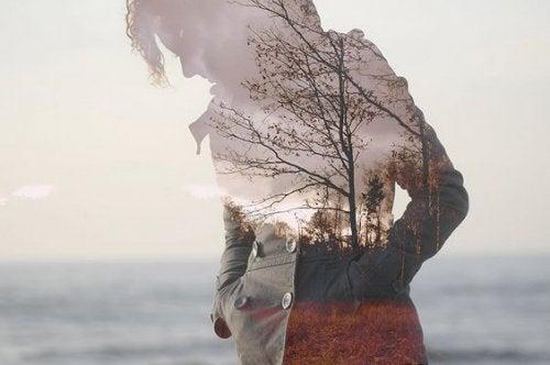 Frau am Strand und Herbstwald