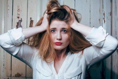 Frau rauft verzweifelt ihre Haare