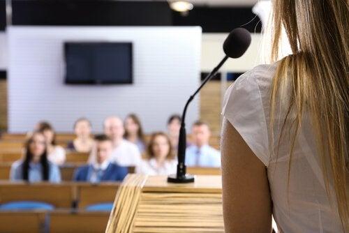 Einen Vortrag vor Publikum halten erzeugt Stress.