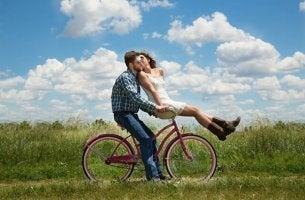 Pärchen auf einem Fahrrad