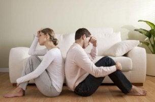 Rücken an Rücken fragt sich dieses Paar, was wohl ihre Liebe getötet hat.