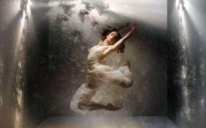 Eine Frau tanzt im Wasser.