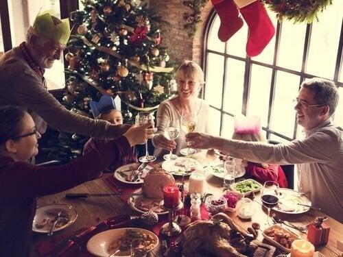 Eine Familie beim Weihnachtsessen