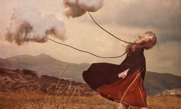 Zeichnung eines Mädchens, dem Gewitterwolken folgen