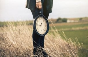 Eine schwarz gekleidete Person trägt eine Uhr und stellt so einen anonymen Zeitdieb dar.