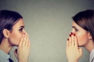 Gerüchte - Zwei Frauen tratschen.