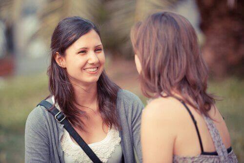 Zwei Frauen kommunizieren miteinander.