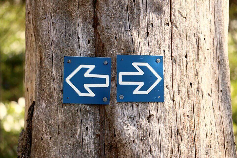 Zwei Pfeile, die in unterschiedliche Richtungen zeigen