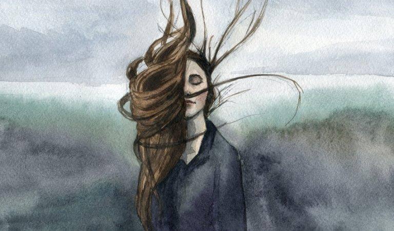 Frau mit verwehten Haaren