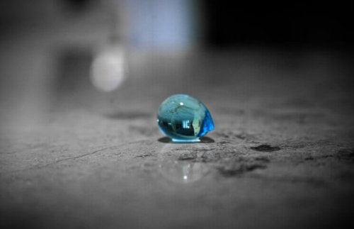 Blauer Tropfen auf dem Boden
