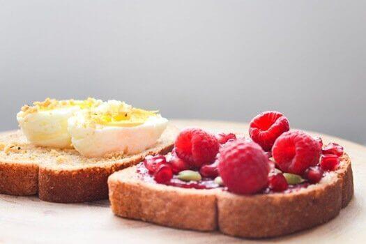 Brot mit Ei und Himbeeren als gesundes Frühstück