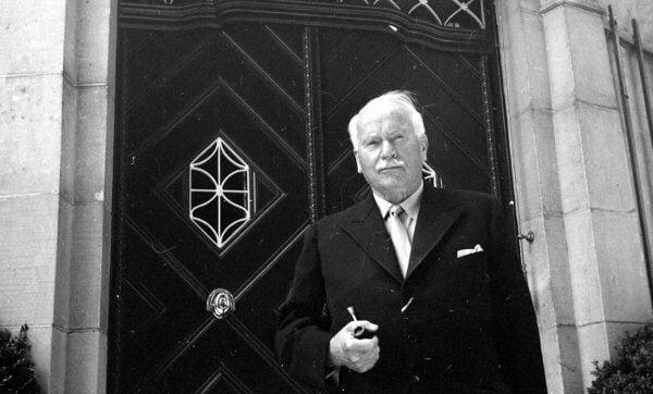 Foto, das Carl Gustav Jung vor einer Tür stehend zeigt