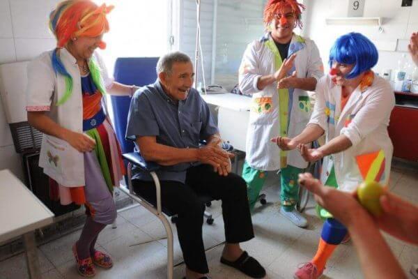 Ein älterer Herr im Krankenhaus erfährt Zuwendung durch Clowns.