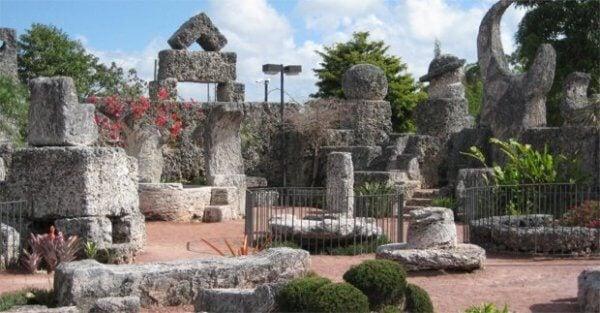 Verschiedene Korallenblöcke arrangiert zu einem Monument: Coral Castle