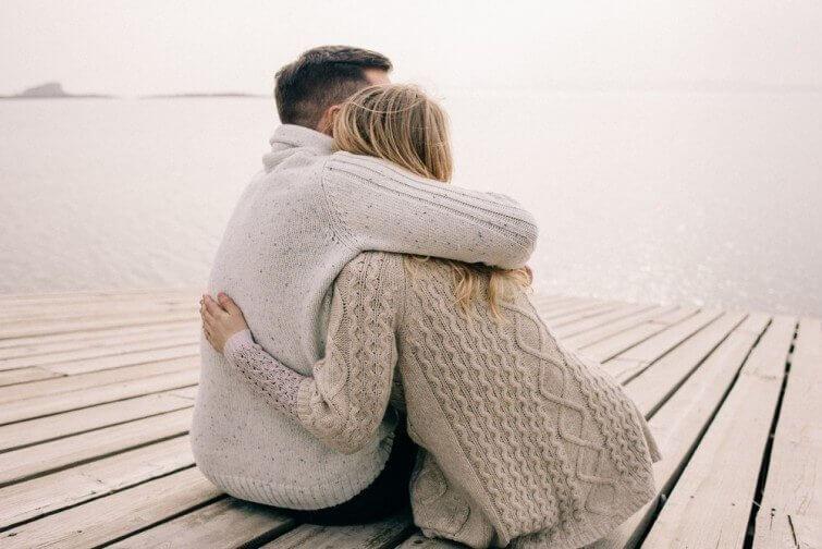 Ein Paar, das sich umarmt