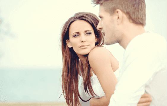 Ein Paar kommuniziert - der Mann spricht, die Frau hört zu.