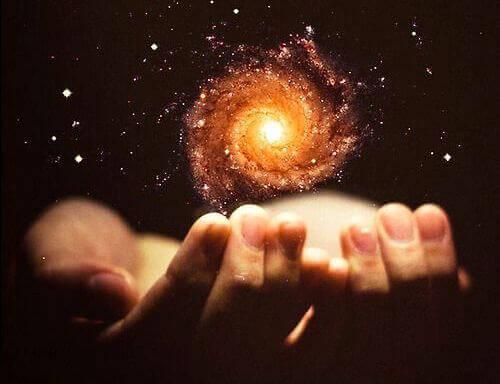 Zwei Hände halten eine Galaxie
