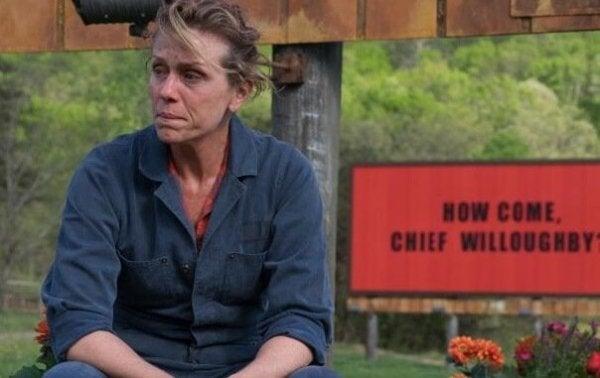 """Die Hauptfigur des Films """"Three Billboards Outside Ebbing, Missouri"""" sitzt vor einem ihrer Werbeplakate."""