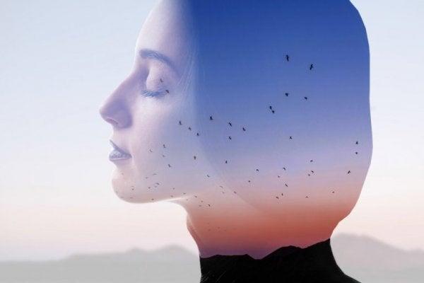 Eine Frau atmet bewusst ein und aus.