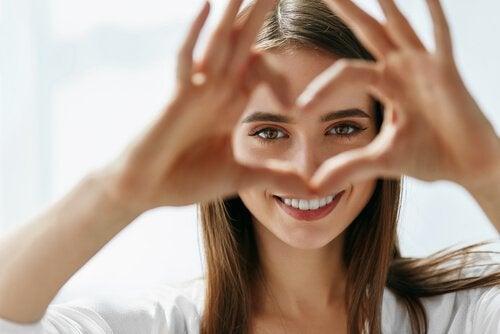 Frau bildet mit ihrer Hand ein Herz