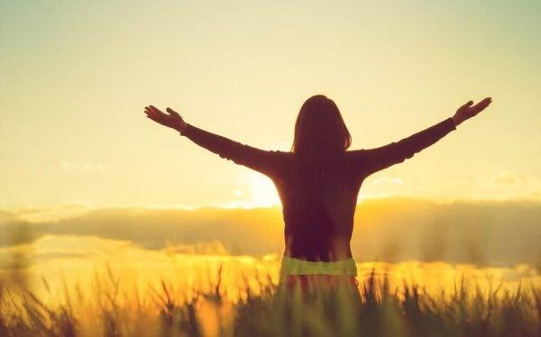 Eine optimistische Frau genießt das Leben.