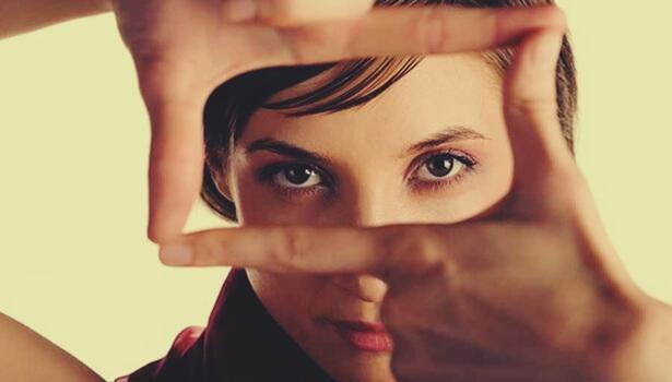 Frau formt mit ihren Fingern einen Rahmen