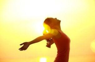 Frau streckt am Morgen ihre Arme aus