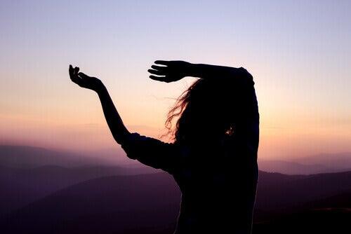 Frau tanzt in der Dämmerung