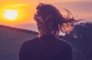 Frau vor dem Sonnenaufgang