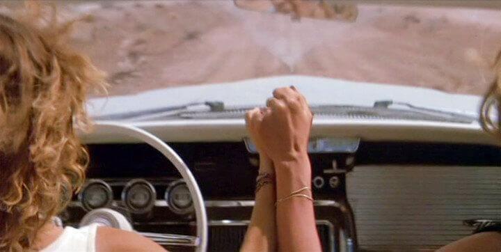 Thelma und Louise halten sich gegenseitig die Hand
