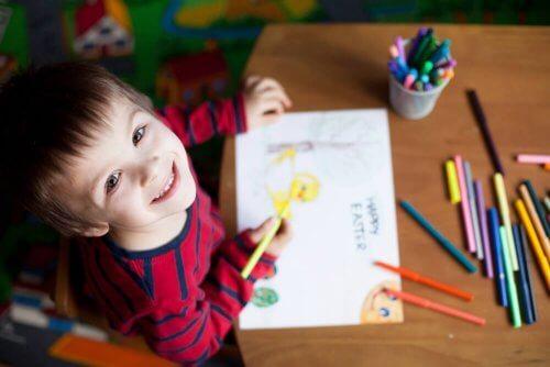 Ein fröhliches Kind mit ausgewogener Motivation