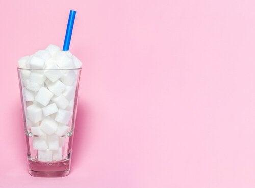 Glas voll mit Zuckerwürfeln